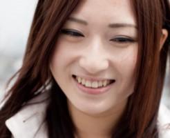 笑顔がひきつる女性