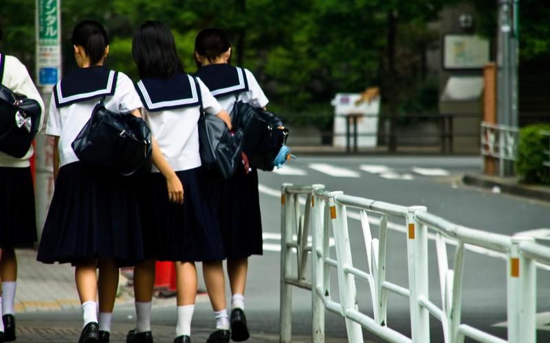 帰宅する女子中学生数人の後ろ姿