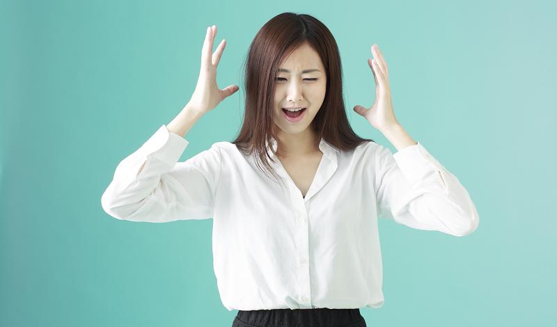 怒りを爆発させ発狂する女性