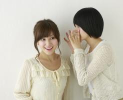 女性二人がひそひそ話