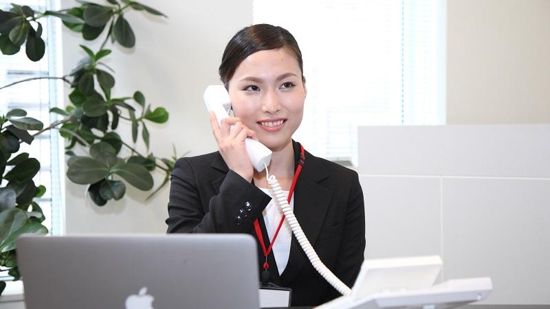 職場で電話に出る女性