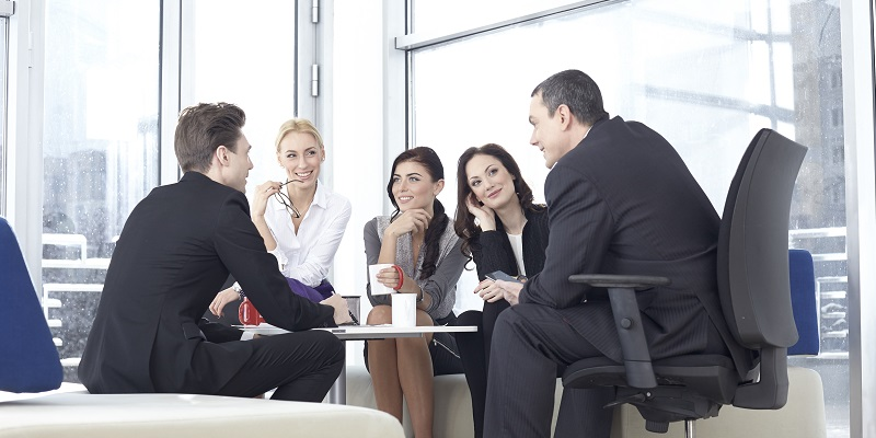 休憩時間に雑談する職場の人たち